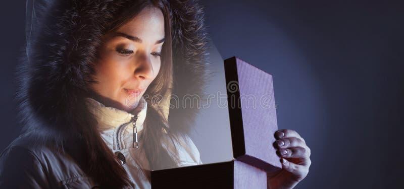 Skönhetflicka med den röda gåvaasken fotografering för bildbyråer