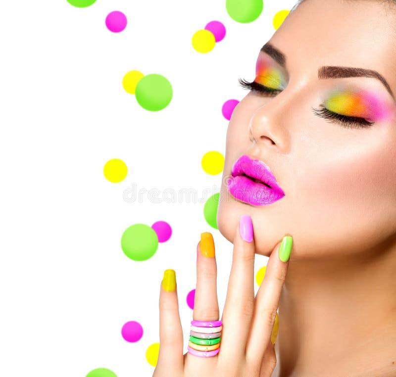 Skönhetflicka med färgrik makeup royaltyfria foton