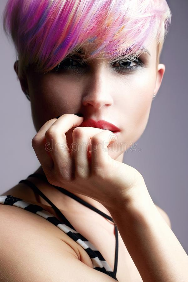 Skönhetflicka med färgrikt färgat hår fotografering för bildbyråer