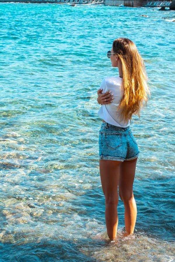 Skönhetflicka med långt hår på kusten arkivbilder
