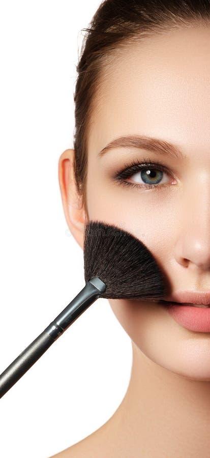 Skönhetflicka med makeupborstar Naturligt smink för brunetten Wo royaltyfri fotografi