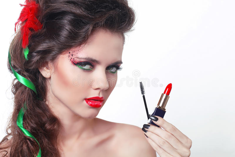 Skönhetflicka med röd läppstift och mascara royaltyfria foton