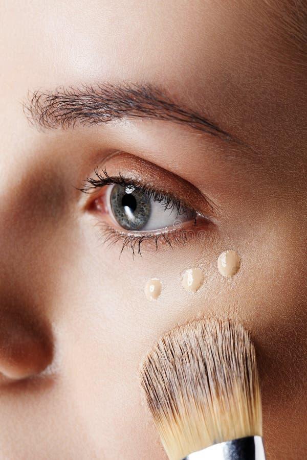 Skönhetflickaförsök till olika signaler av fundamenttäckstiftet Naturlig makeup för brunettkvinna med den härliga framsidan makeo fotografering för bildbyråer