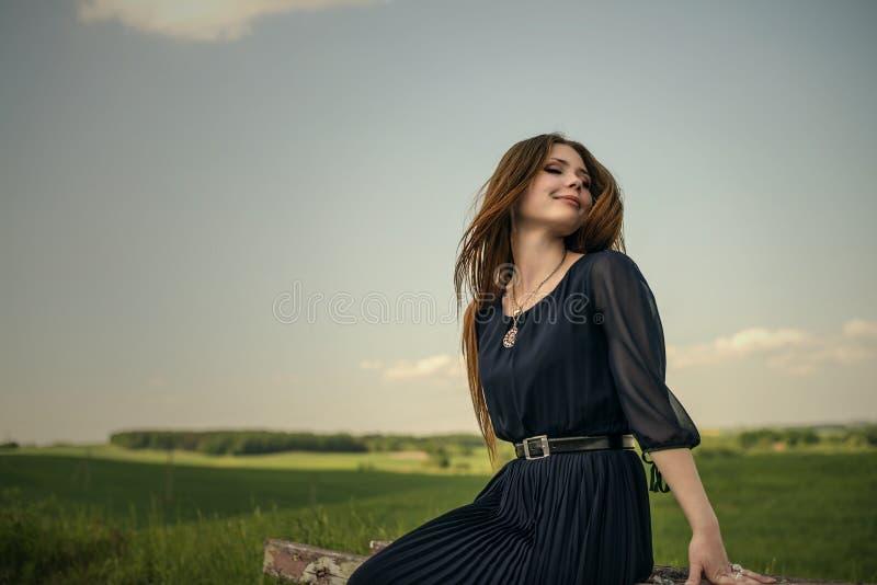 Skönhetflickan inhalerar ny luft blint och leende utomhus royaltyfri fotografi