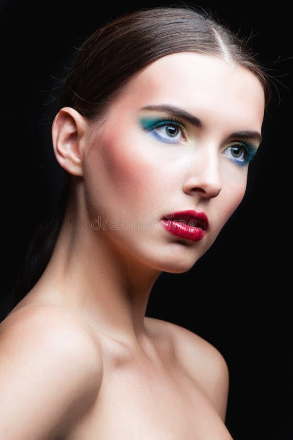 Skönhetflickastående med livlig makeup Slut för modekvinnastående upp Ljust färgar banret colors kurvillustrationingrepp ingen re royaltyfri bild