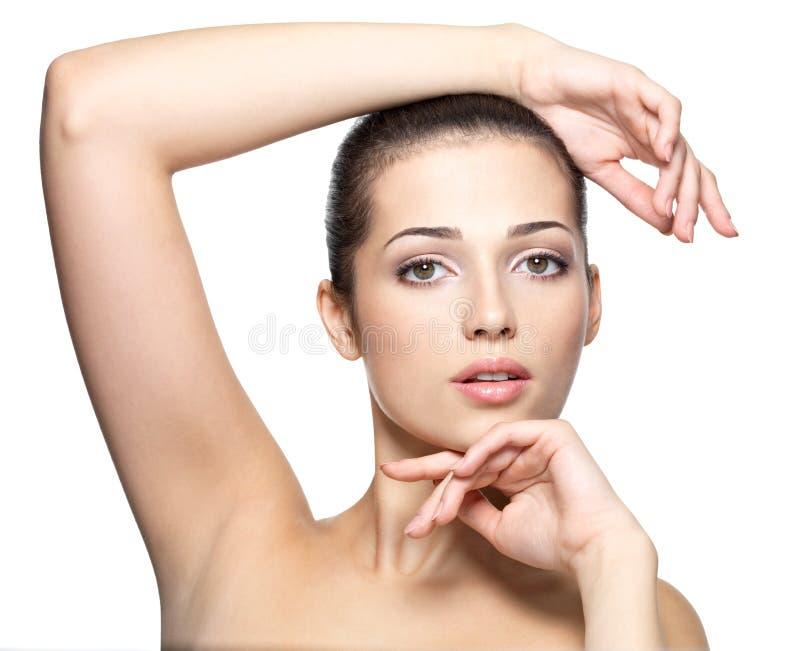 Skönhetframsida av den unga kvinnan. Begrepp för hudomsorg. arkivfoto