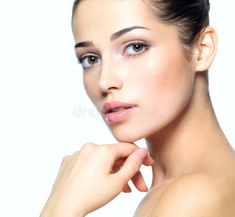 Skönhetframsida av den unga kvinnan. Begrepp för hudomsorg. fotografering för bildbyråer