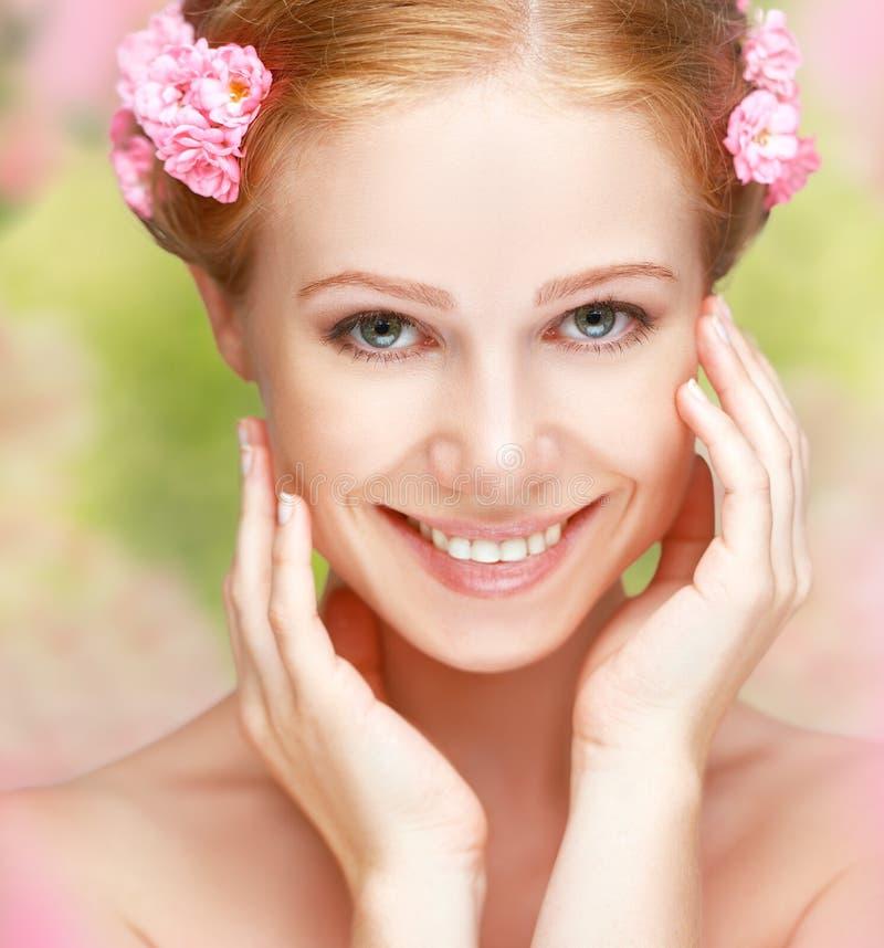 Skönhetframsidan av den unga lyckliga härliga kvinnan med rosa färger blommar in arkivfoto