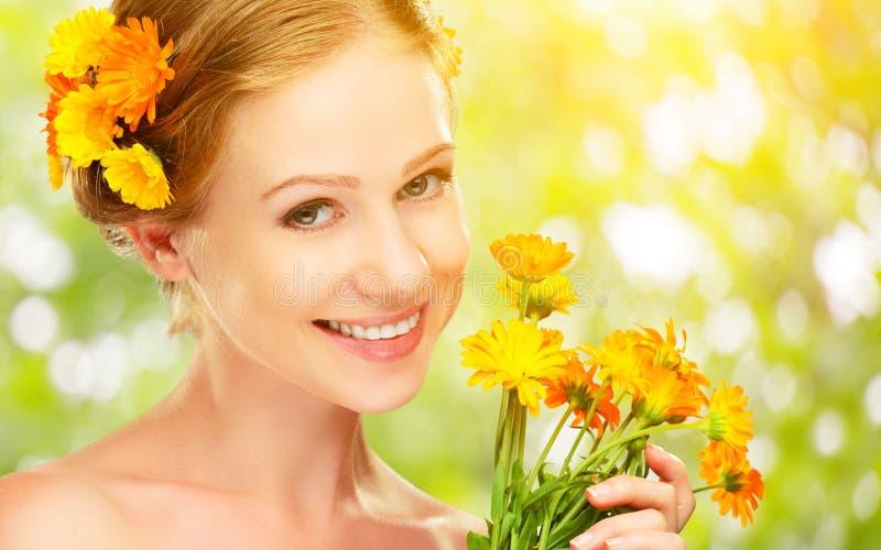 Skönhetframsidan av kvinnan med orange guling blommar arkivfoton