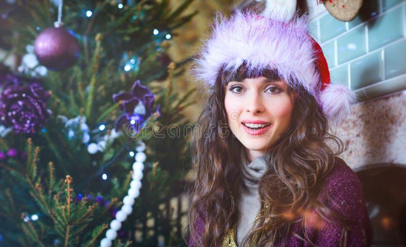 Skönhetglamourkvinna som firar jul som bär ett karnevallock royaltyfri fotografi