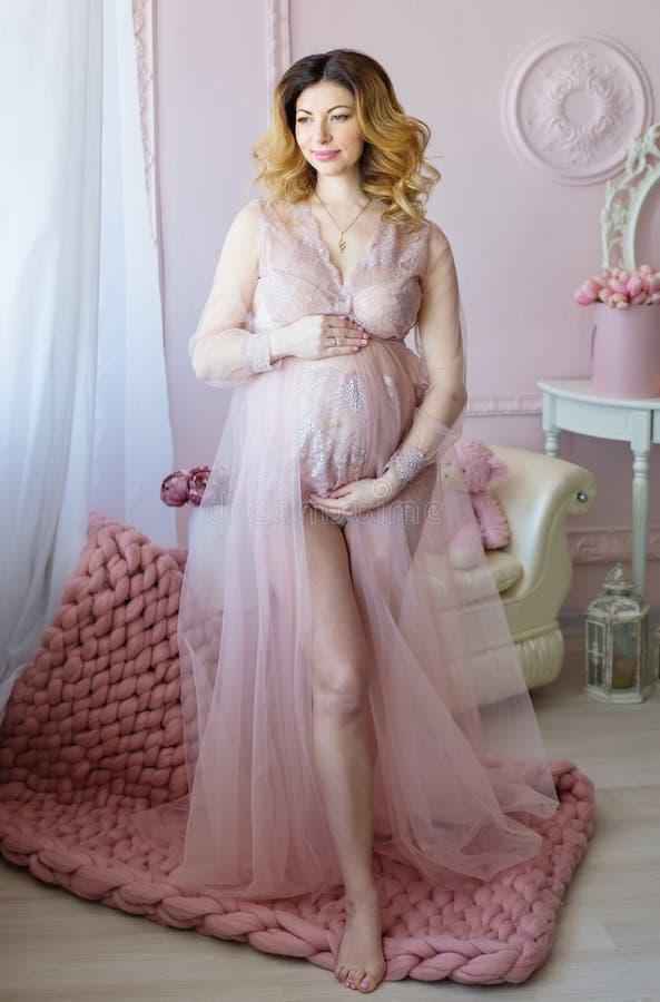 skönhetgravid kvinna gravid buk härlig gravid kvinna royaltyfri foto