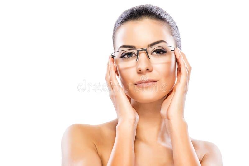 Skönhetheadshot med glasögon arkivbild