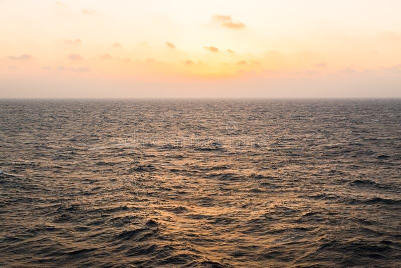 Skönhethimmel i det öppna havet royaltyfri bild