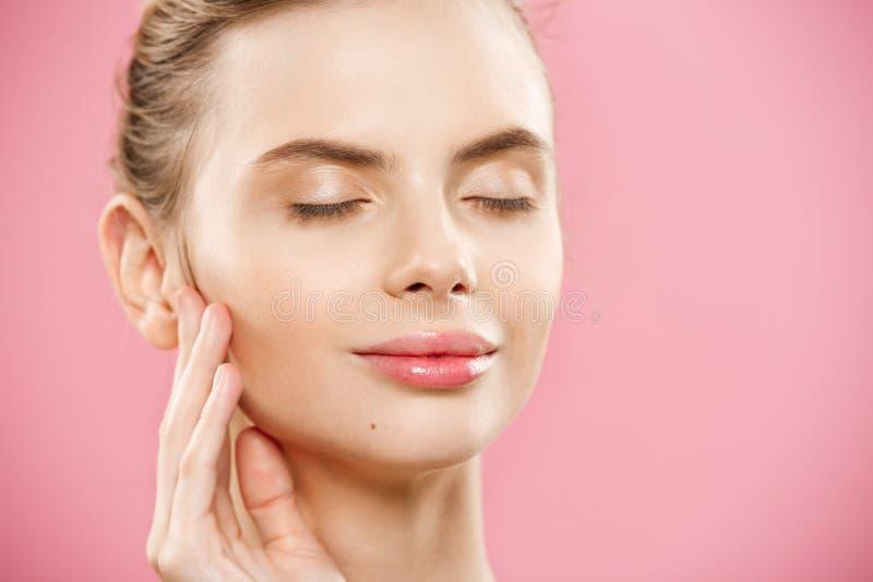 Skönhethudbegrepp - härlig ung Caucasian kvinna med ren ny hudblick bort med rosa studiobakgrund flicka royaltyfri fotografi