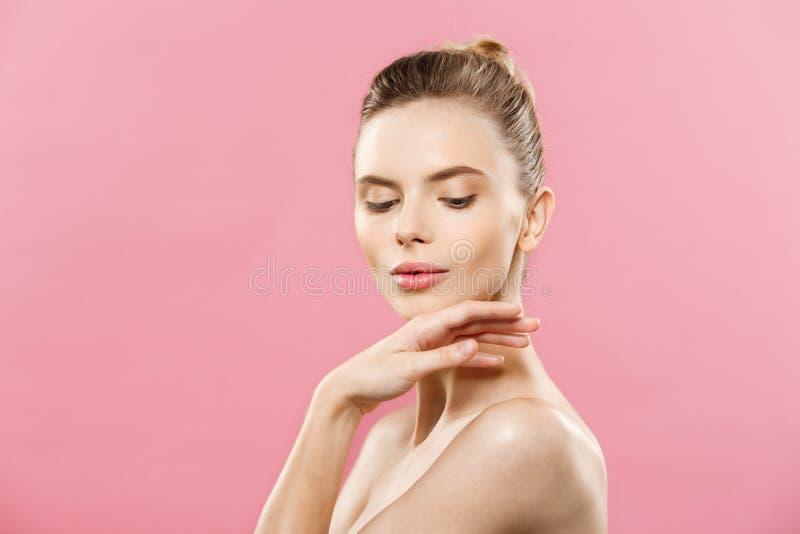 Skönhethudbegrepp - härlig ung Caucasian kvinna med ren ny hudblick bort med rosa studiobakgrund flicka royaltyfri foto