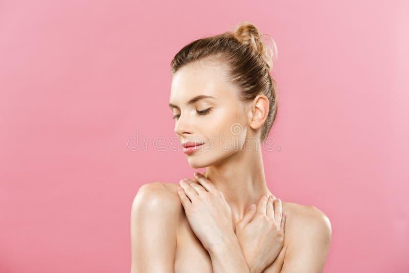 Skönhethudbegrepp - härlig ung Caucasian kvinna med ren ny hudblick bort med rosa studiobakgrund flicka fotografering för bildbyråer