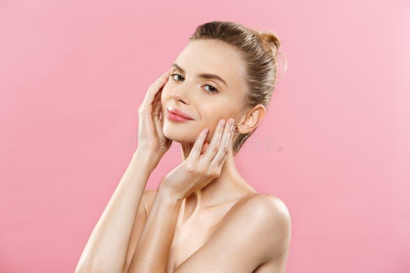 Skönhethudbegrepp - härlig ung Caucasian kvinna med ren ny hudblick bort med rosa studiobakgrund flicka royaltyfri bild