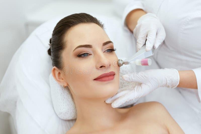 Skönhetklinik Kvinna som gör behandling för framsidahudCryo syre arkivbild