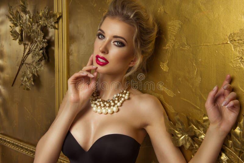 Skönhetkvinna över guld- bakgrund royaltyfri fotografi