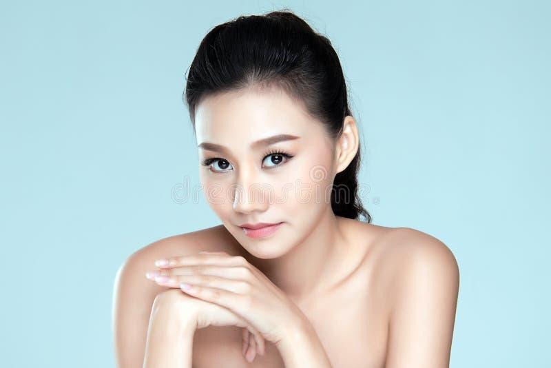 Skönhetkvinna asia som isoleras på blå bakgrund arkivfoton