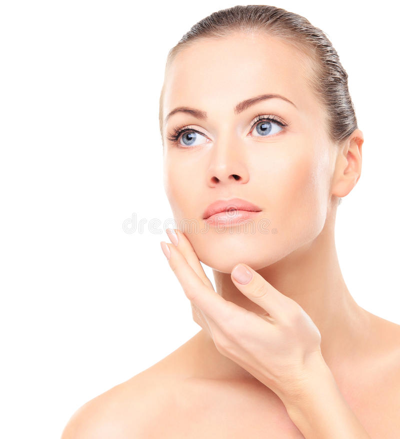 Skönhetkvinna. Härligt ungt kvinnligt trycka på hennes hud royaltyfri fotografi