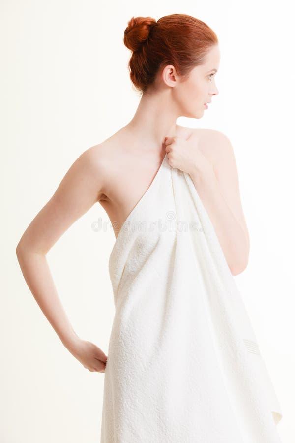 Skönhetkvinna i den vita badlakanet royaltyfria bilder