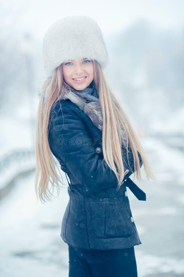 Skönhetkvinna i vinterlandskapet royaltyfria bilder