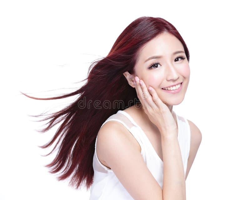 Skönhetkvinna med charmigt leende royaltyfria bilder