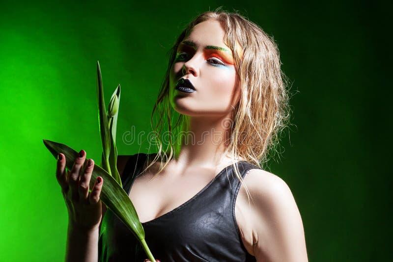 Skönhetkvinna med gruppblommor Yrkesmässig Makeup royaltyfria foton