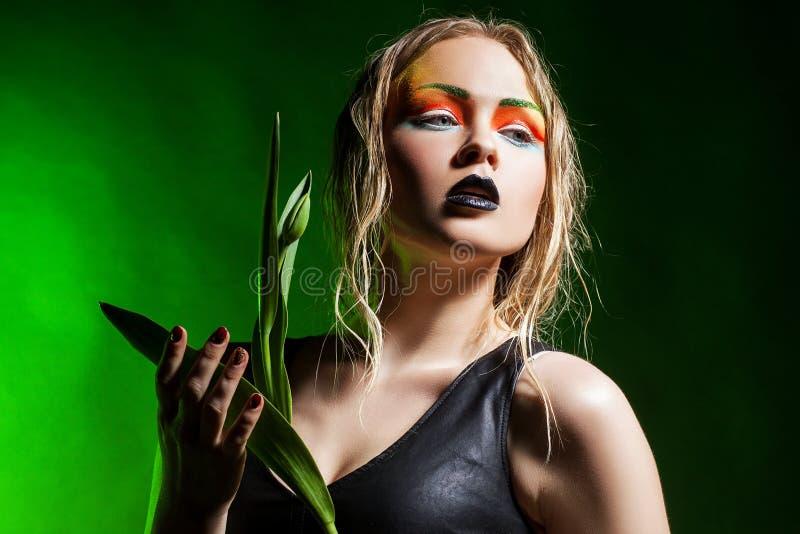Skönhetkvinna med gruppblommor Yrkesmässig Makeup arkivfoto