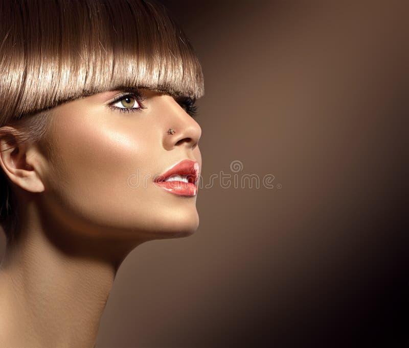 Skönhetkvinna med härlig makeup och sunt brunt hår fotografering för bildbyråer
