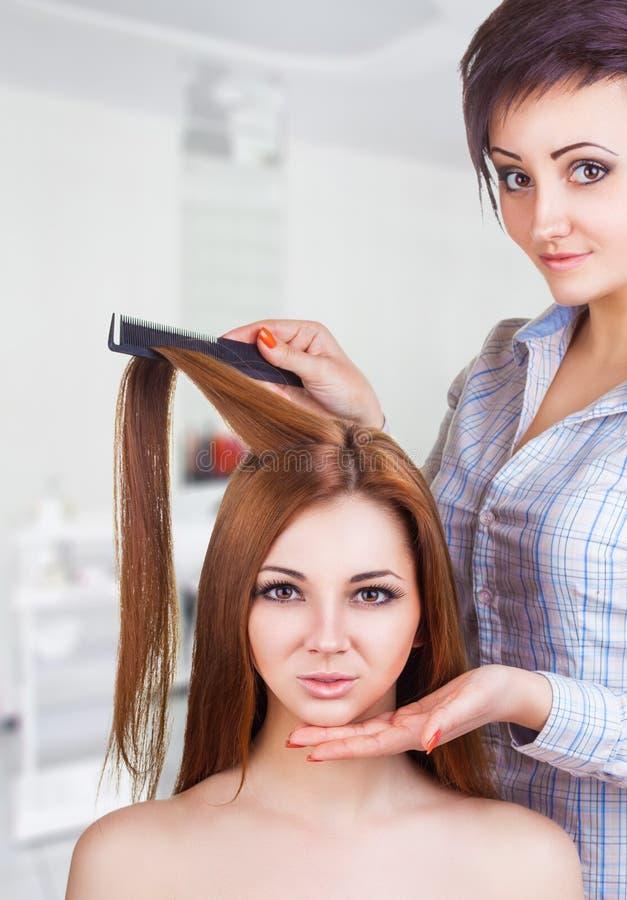 Skönhetkvinna med långt sunt och skinande slätt svart hår royaltyfri foto