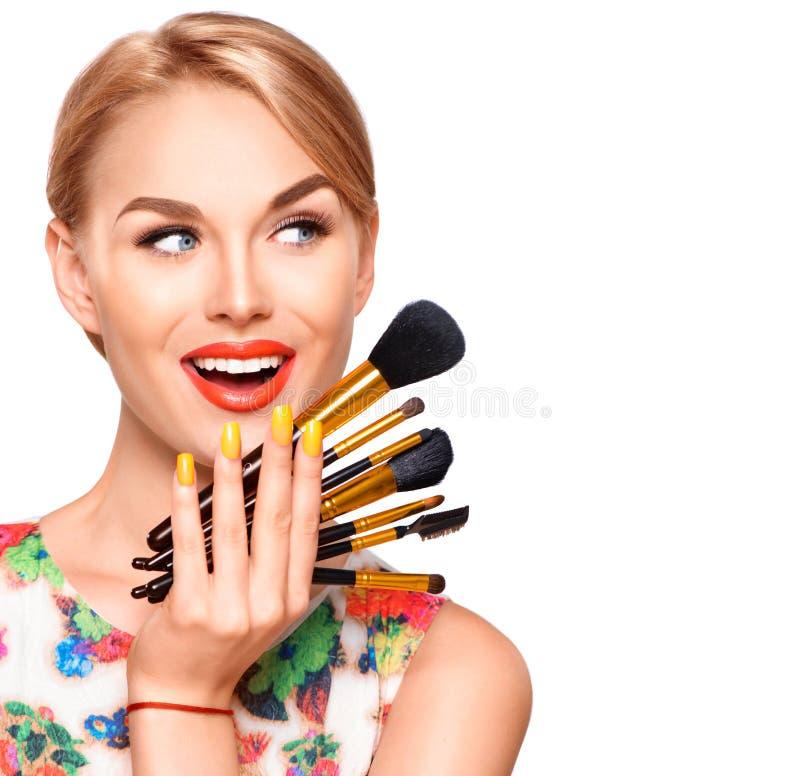 Skönhetkvinna med makeupborstar arkivbild