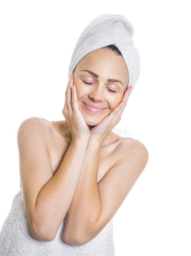 Skönhetkvinna med stängda ögon, når att ha badat arkivfoto