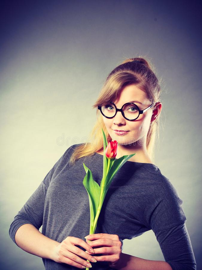 Skönhetkvinna med tulpanblomman arkivfoto