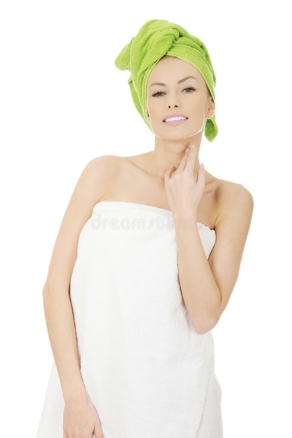 Skönhetkvinna med turbanhandduken royaltyfri bild