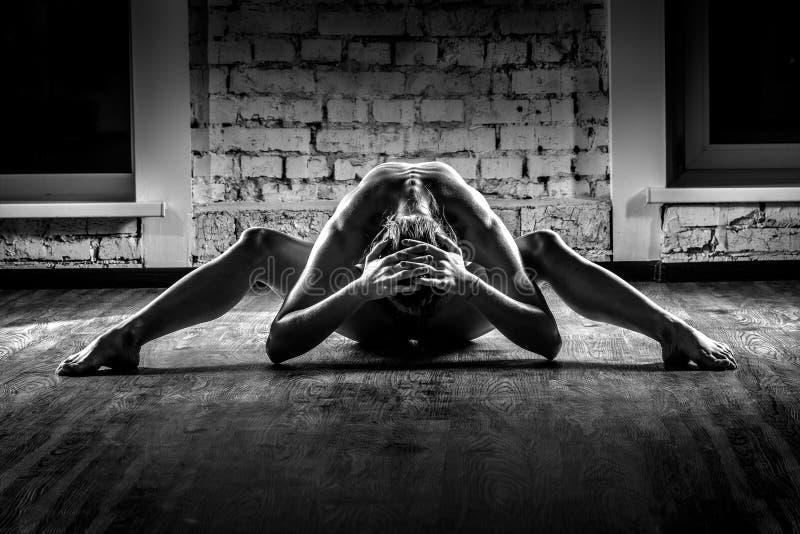 Skönhetkvinna, näck kropp, på tegelstenbakgrund royaltyfria foton