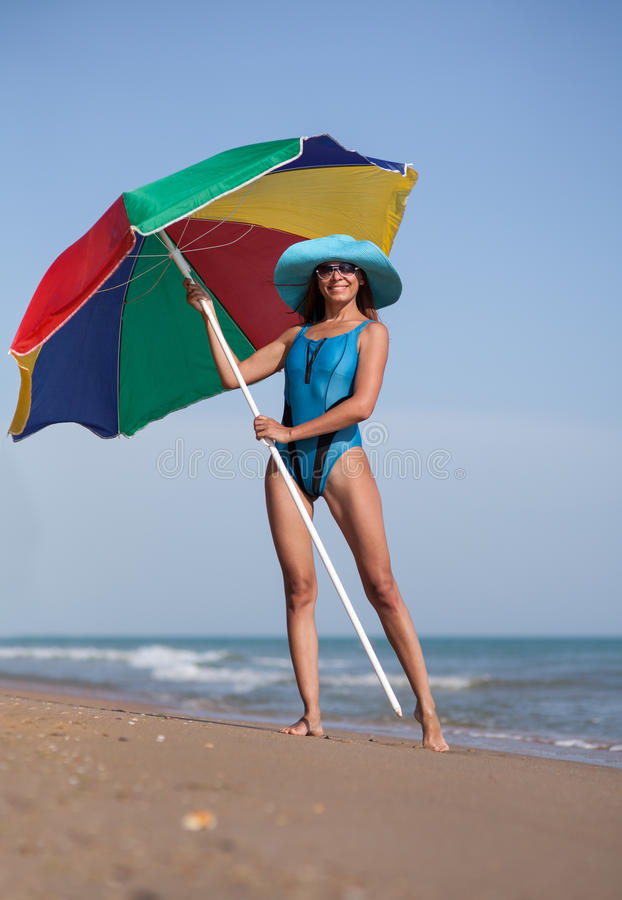 Skönhetkvinna på havssandstranden arkivfoton