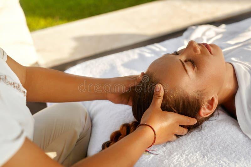 Skönhetkvinna som får ansikts- massage Härlig kvinna som tycker om den Head massagen kvinna för vatten för brunnsort för hälsa fö arkivfoton