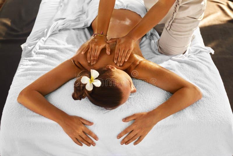 Skönhetkvinna som får ansikts- massage Kvinna som kopplar av och att tycka om tillbaka massage kvinna för vatten för brunnsort fö royaltyfria foton