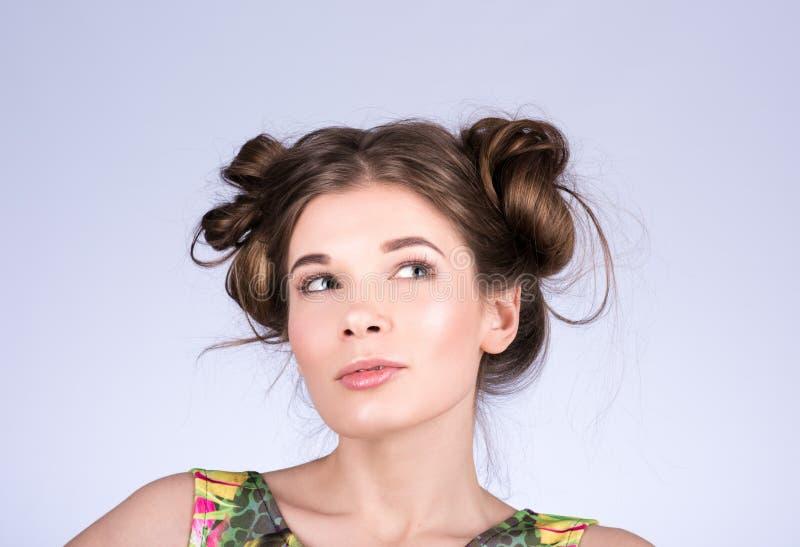 Skönhetkvinna som tänker eller väljer Härlig glad tonårig flicka, frisyr och makeup arkivfoton