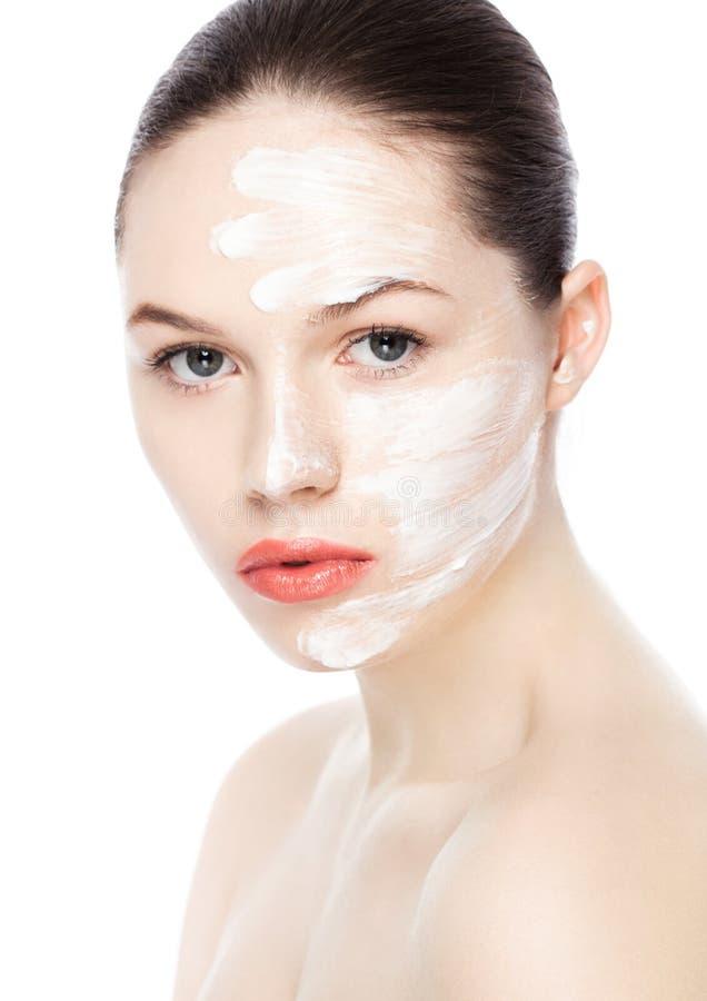 Skönhetkvinnaflicka med naturlig makeup för framsidakräm royaltyfri bild