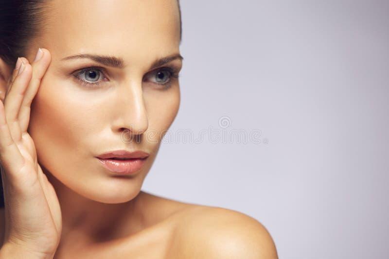 Skönhetkvinnaframsida med sund hud royaltyfria foton