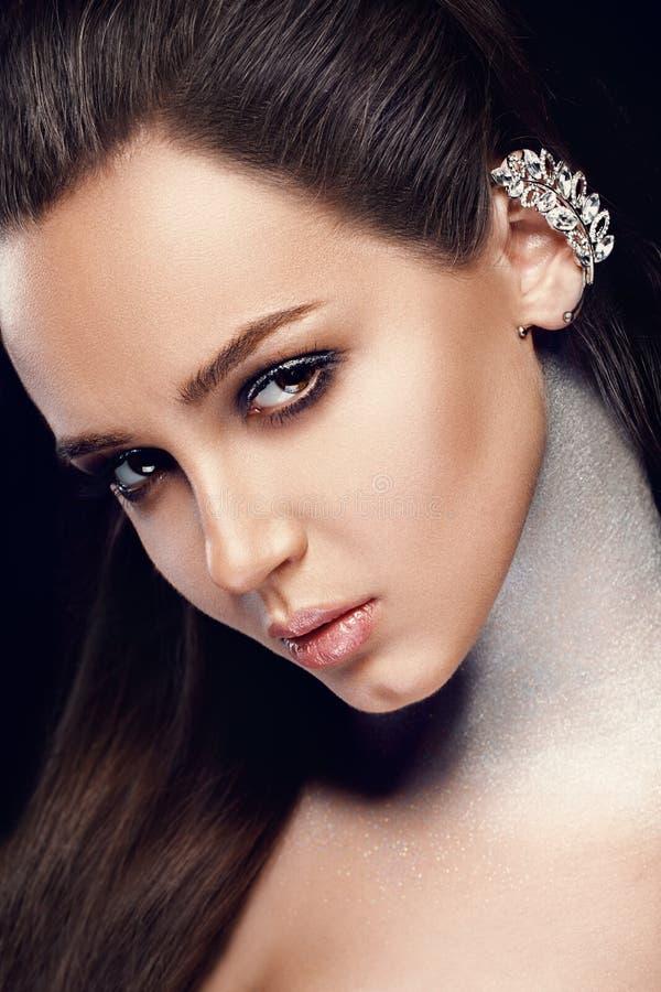 Skönhetkvinnaframsida med yrkesmässig makeup och sexiga röda kanter Closeup av Girl With Smooth för härlig modell mjuk ansikts- h arkivbild