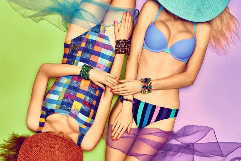 Skönhetkvinnakropp i modebaddräkten, lesbiska kvinnor fotografering för bildbyråer