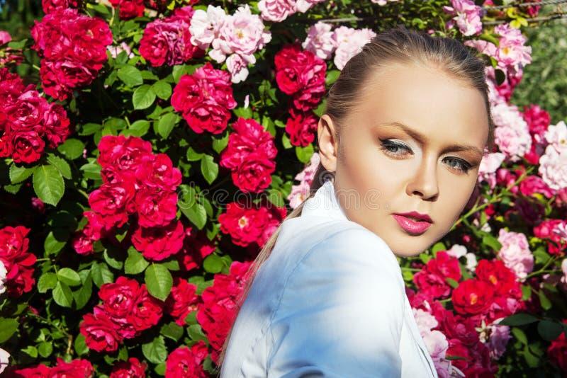 Skönhetkvinnan med gruppen steg blommor Yrkesmässig Makeup royaltyfri bild