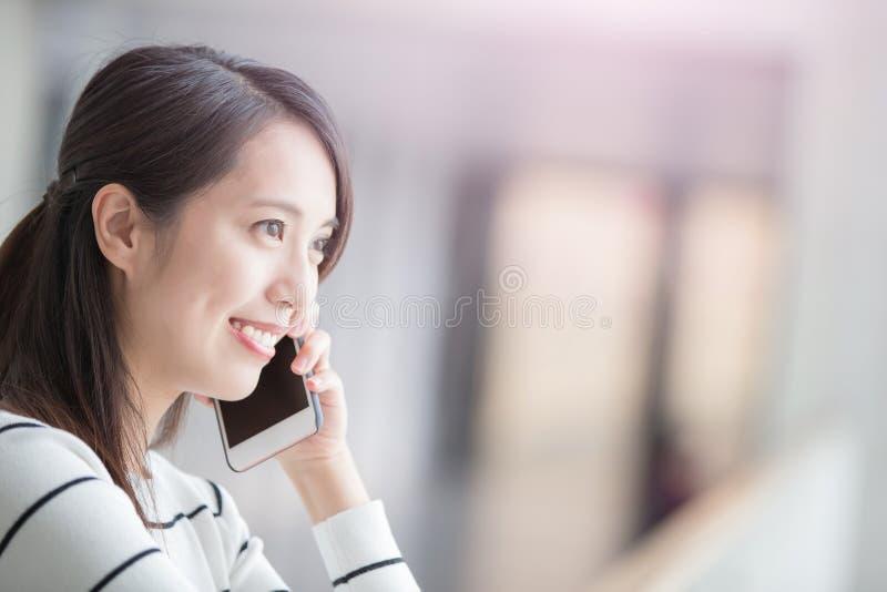 Skönhetkvinnasamtal på telefonen fotografering för bildbyråer