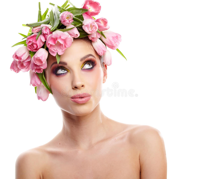 Skönhetkvinnastående med kransen från blommor på huvudet över whit arkivbild