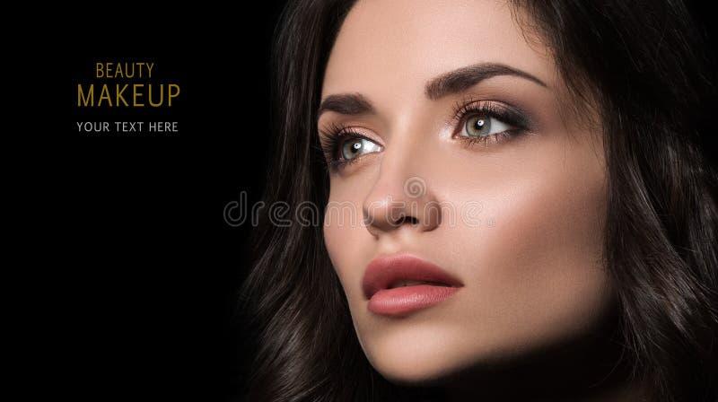 Skönhetmakeupbegrepp Closeupstående av den härliga unga kvinnan med yrkesmässig makeup arkivbild