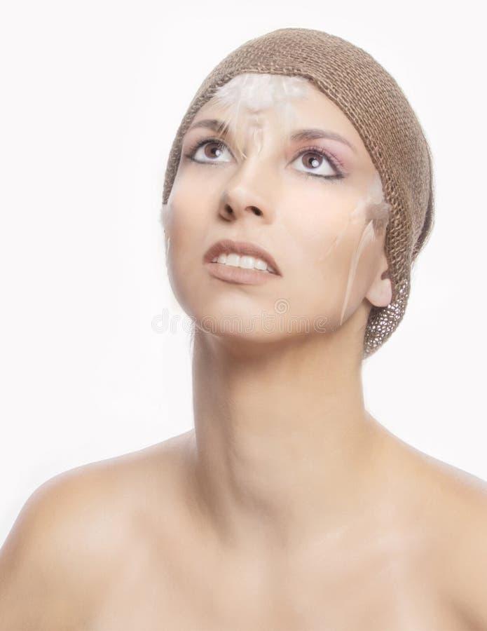 Skönhetmodell i grundläggande makeup med säckvävhuvudbindeln arkivfoto